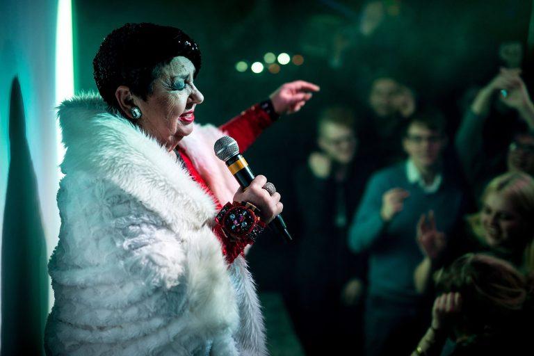 Gražiausios Birutės Dambrauskaitės dainos skambėjo kalėdiniame koncerte gėjų klube
